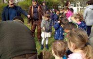 Деца залесяваха в Приморско