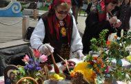 Бабите от село Факия показаха как се боядисват яйца с природни багрила