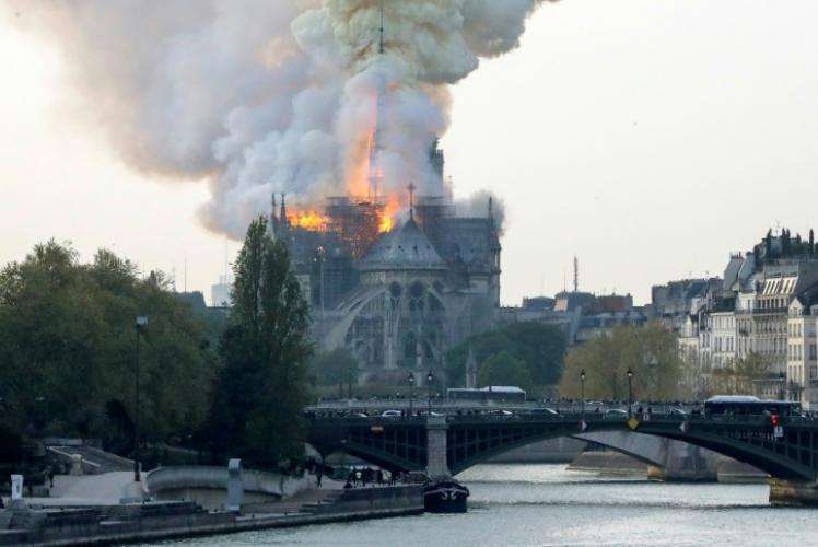 Гори катедралата Нотр Дам в Париж/видео/