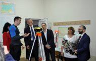 """Министър Вълчев и кметът Николов разгледаха реконструираните кабинети и спортна площадка на ПГСАГ """"Кольо Фичето"""