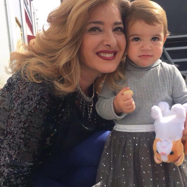 Внучката на Катето Евро пропя на испански