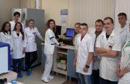 """След бъдещите медицински сестри в лаборатория """"ЛИНА"""" обучение проведоха и студенти от специалност """"Помощник-фармацевт"""""""