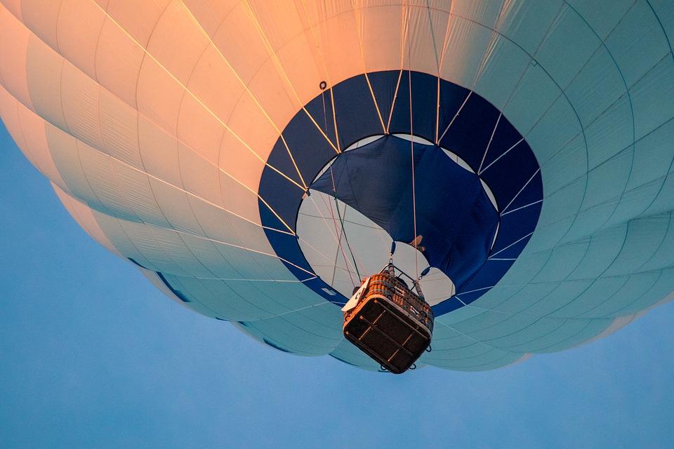 Туристи се заклещиха с балон в Родопите
