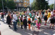 Карнавално шествие изпъстри