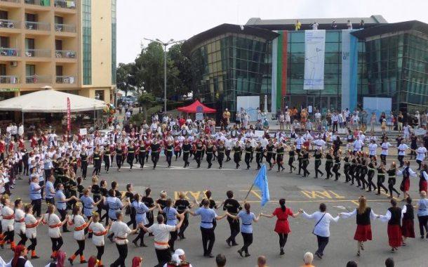 Клубове от цялата страна се събраха в Поморие и показаха богатството на българския фолклор (видео)