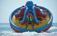 Туристи летят с гигантски октопод на плажа в Слънчев бряг