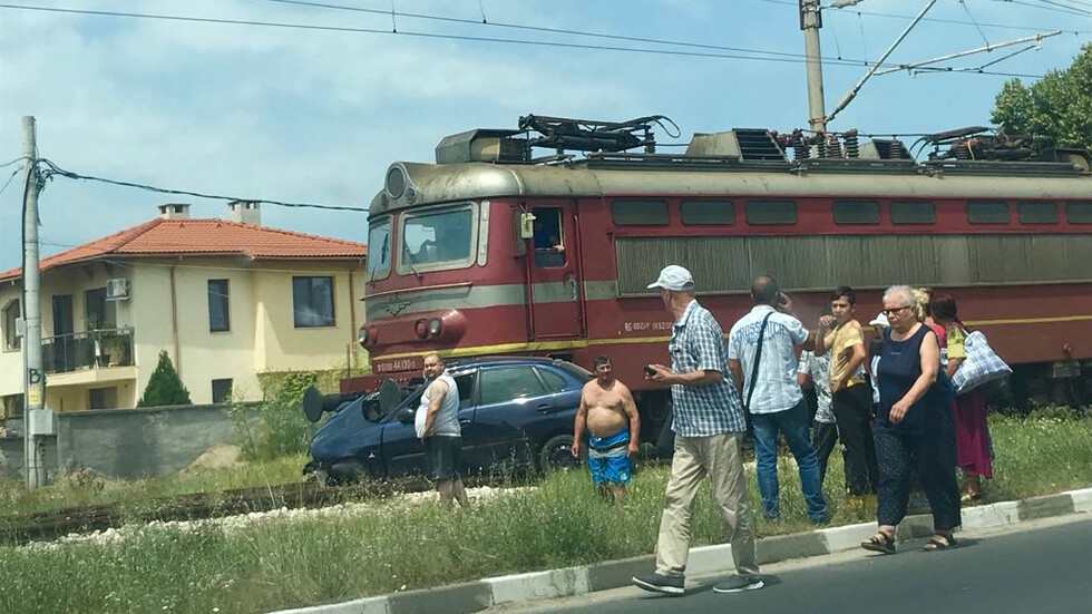 Влак блъсна лек автомобил в село Труд, има загинал