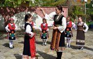 Деца учат традиционни обичаи под формата на ролеви игри