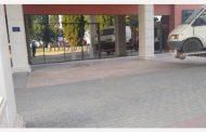 МВР премахна бус и автомобили, блокирали входовете на хотел