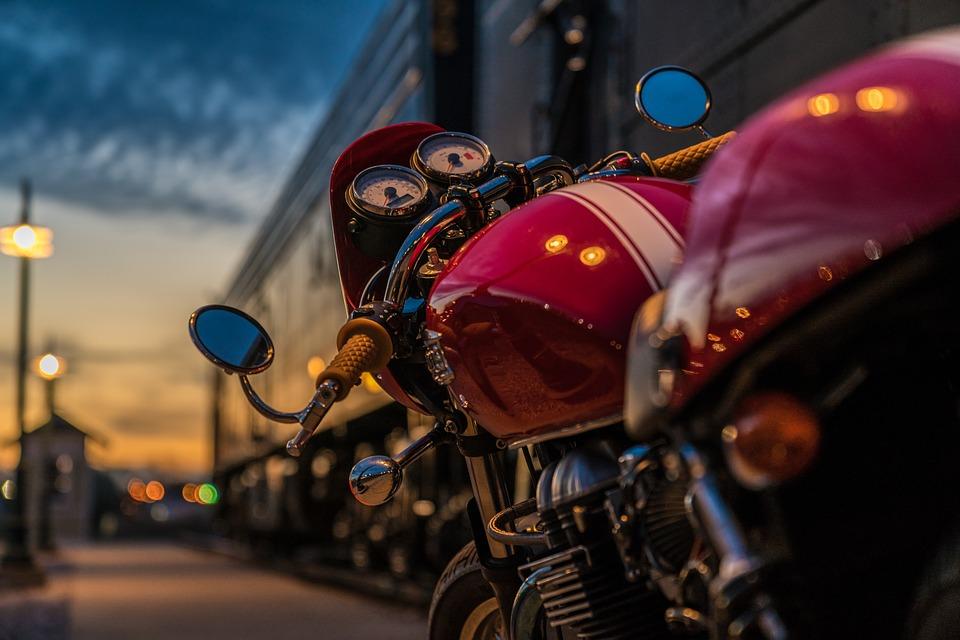 17-годишен мотоциклетист се блъсна в лек автомобил, прати един в Ортопедията