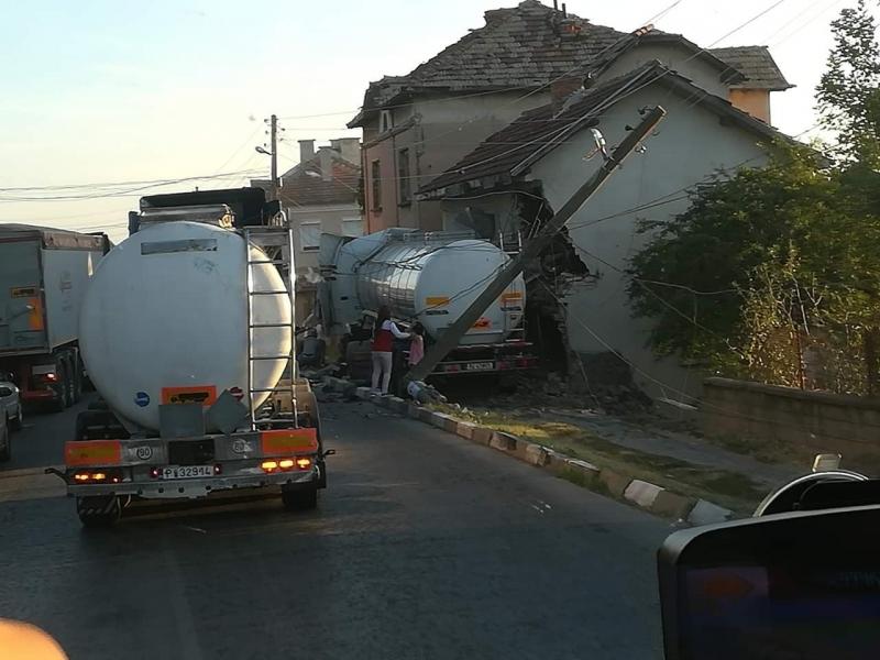 Извънредно: ТИР влезе в къща във Врачанско