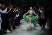 """Дженифър Лопес закри дефилето на Versace в Милано с """"рокля с история"""" /видео/"""