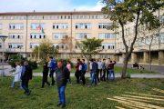 Засадиха 4 млади дръвчета в двора на ПМГ по инициатива на осмокласниците
