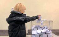 Лили Иванова гласува и се снима с членовете на цял ЦИК. За фотосесия се наредиха и полицаи