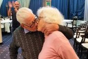 Иванка и Живко отпразнуваха диамантена сватба с целувка и преподписване на брачния си договор