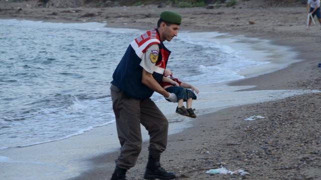 "#KiyiyaVuranInsanlik- ""човечеството, изхвърлено на брега"""