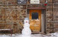 Първият снежен човек за сезона посреща туристите в района на връх Мусала.