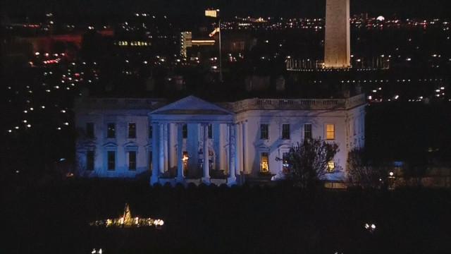 Сградата на Белия дом грейна в синьо