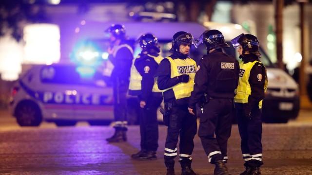 Стрелба в центъра на Париж, има убит полицай