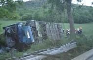 Автобус с пътници се преобърна в дере, има загинал и пострадали