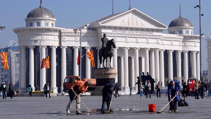 Македония спира антиквизацията, започва демонтаж на паметници