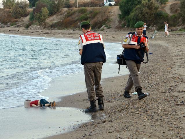 Погребват 3-годишното сирийско дете в родния му град