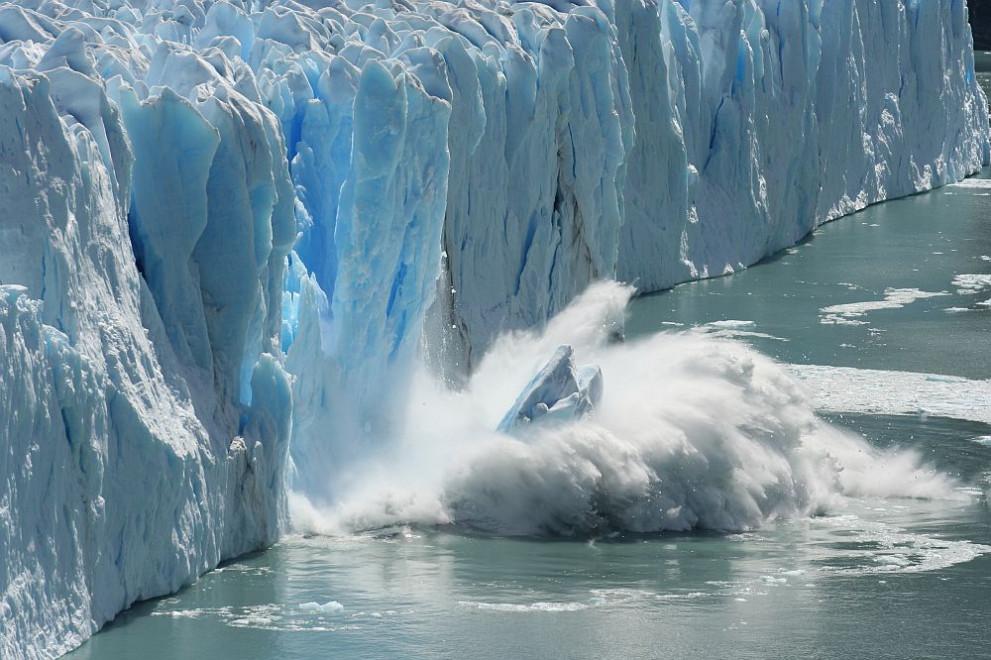 Огромен айсберг се откъсна от Антарктида (ВИДЕО)