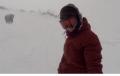 Мечка подгони сноубордистка, докато си прави селфи (видео)