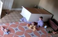 Дете на 2 г. спаси затиснатото си от шкаф братче (видео)