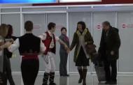 На летище Бургас посрещат с баница и българско хоро /видео/