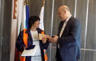 Кметът на Поморие награди Стефка, която намери пари на улицата и ги върна