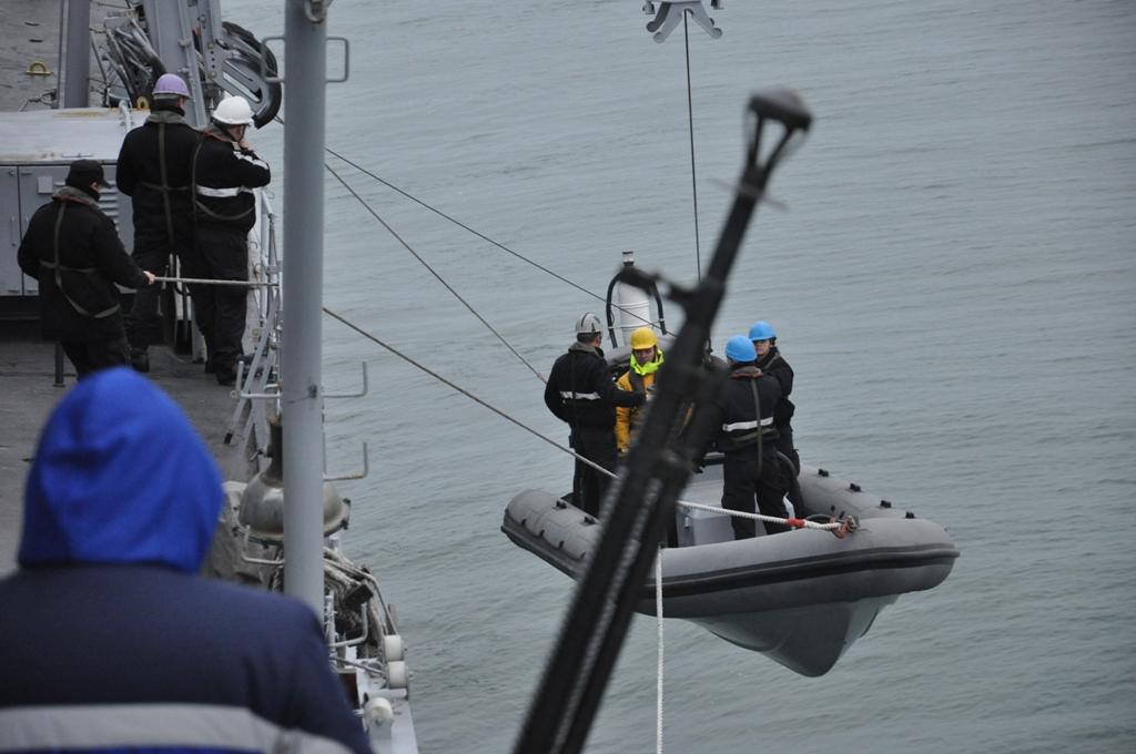 Военноморските сили търсят 75 матроси