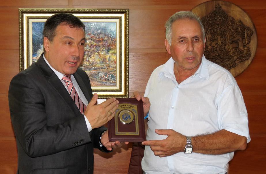 Кметът на Несебър удостои председателя на Неа Месемврия с  плакет