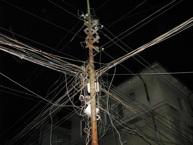 Премахват незаконни въздушни кабели в Бургас