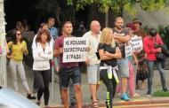 Опънаха протестни плакати заради пешеходната пътека пред ТОХ-а