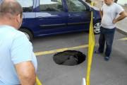 Огромна дупка зейна в центъра на Бургас