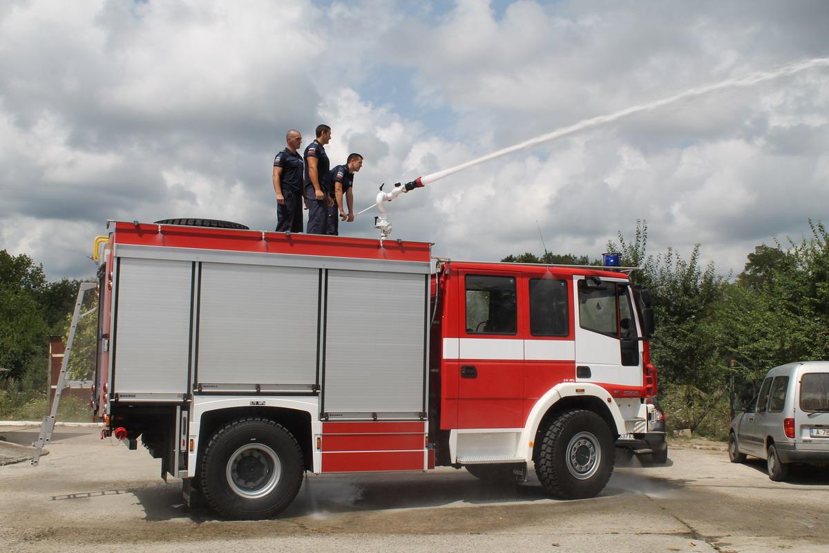Двама пожарникари пострадаха тежко край Правец