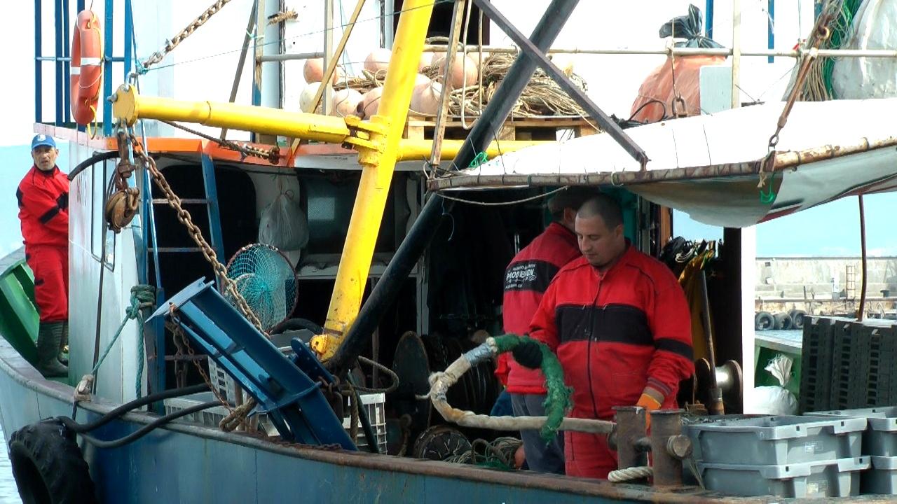 Регламентираха работното време на екипажите на риболовни кораби над 24 метра