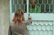 Майка на 6 деца преби социална работничка в Бургас, поставиха решетки на офиса в кв. Победа /снимки/