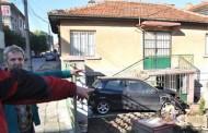 Кола връхлетя в двора на къща, затапи вратата