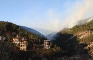 Пожарът край Смолян все още гори