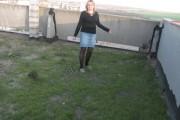 Учителка превърна панелен покрив в градина