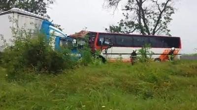 Сблъсък между камион и автобус с туристи преди Ахелой