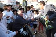 """Кметът на Несебър бе дарен със свещени амулети от участници на фестивала """"Съзвездия в Несебър"""""""