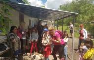 Младежи учат децата да обичат животните