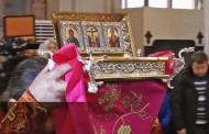 Вярващи се поклониха днес пред частица от Светия кръст/ видео/