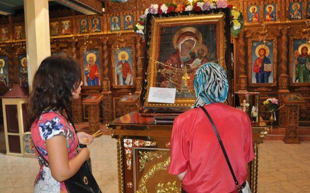 Чудотворна икона донесоха в Бургас. Стотици вече я целунаха