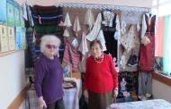 Пенсионери разпитват кандидат-депутати от ГЕРБ за професия баба