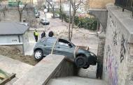 Шофьорка качи кола на стълби