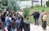 Ученици градят мини парк в двора на Строителния техникум
